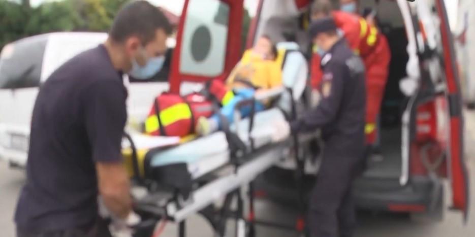 Copil de 9 ani, prins sub o placă de beton, căzută de pe o casă, la Bălteni
