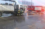 Pericol pe șoșea. Camion, încărcat cu fier vechi, cuprins de flăcări, la Găești (video)