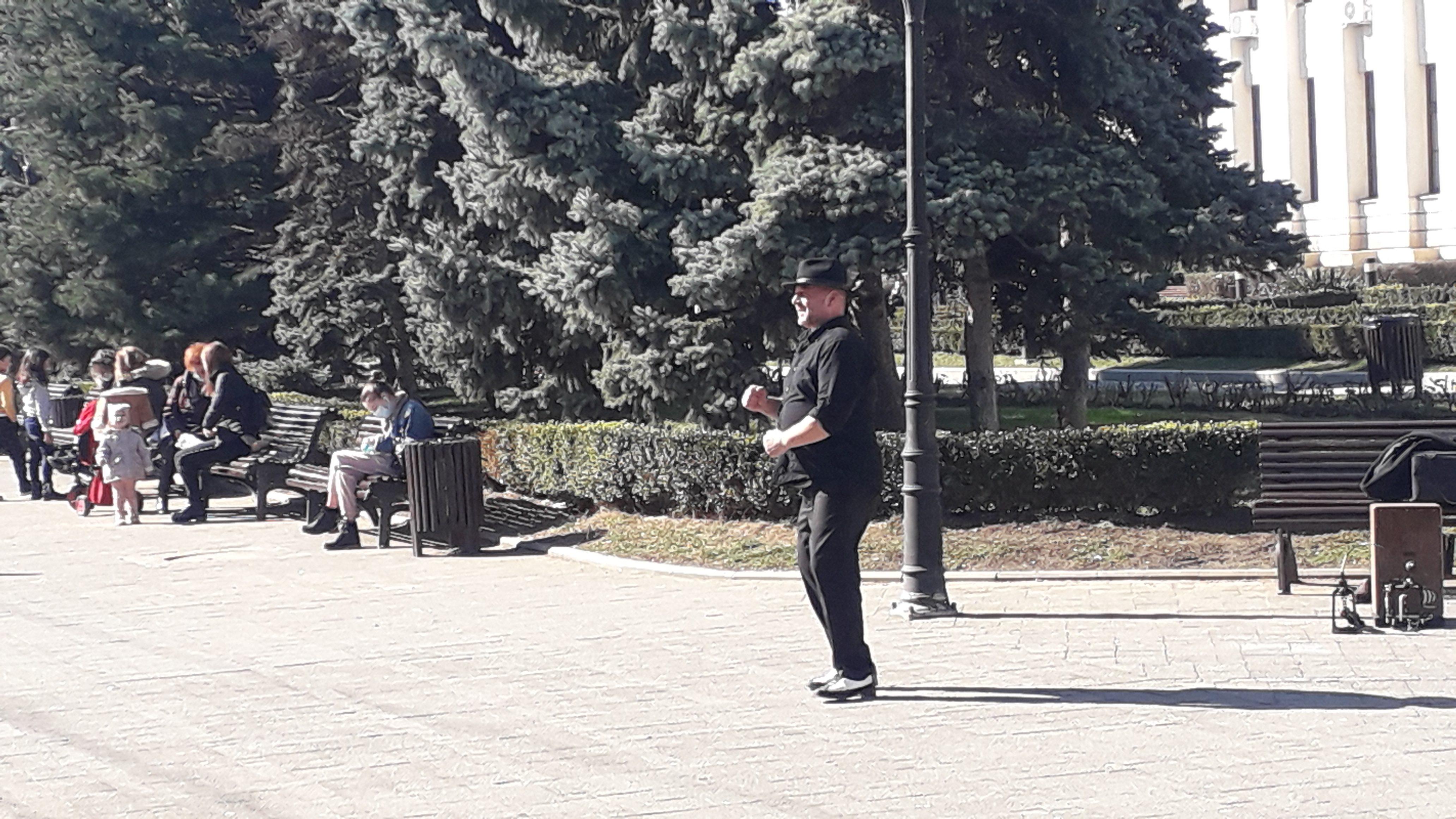 (video) Aproape o lume normală. Un om, o boxă și flamenco...  în mijlocul orașului