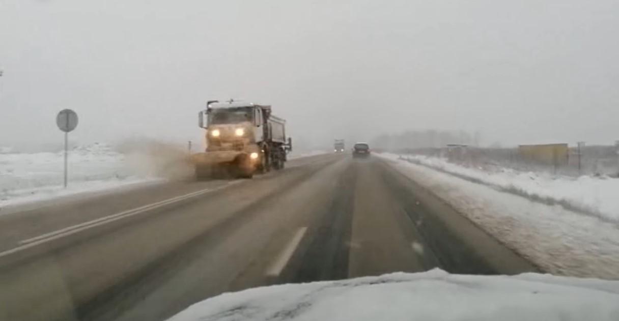 Alertă maximă pe drumuri! Ninge ca în miezul iernii (7 aprilie). Trafic blocat în Brașov și Prahova