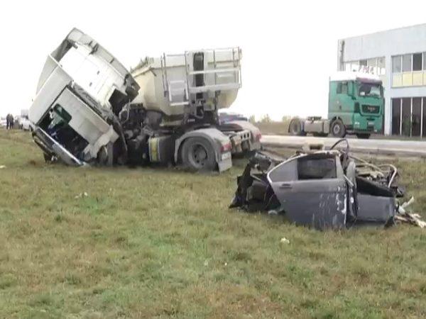 Tragedie cumplită pe DN 7(Slobozia Moară). 3 persoane au decedat, după impactul dintre un TIR și un autoturism (foto-video)